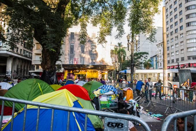 Desabrigados que moravam no Edifício Wilton Paes de Almeida permanecem no Largo do Paiçandu