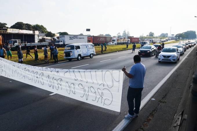Caminhoneiros protestam contra a alta do diesel na Dutra, em Jacareí