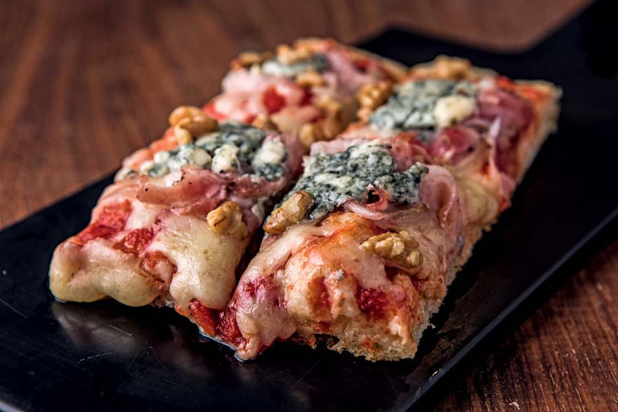 Pizza com gorgonzola, nozes e pancetta do Ombra Italian Bar