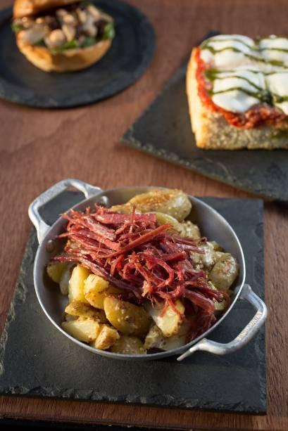 Imperdível: batata bolinha salteada com mostarda Dijon e coberta por pastrami desfiado