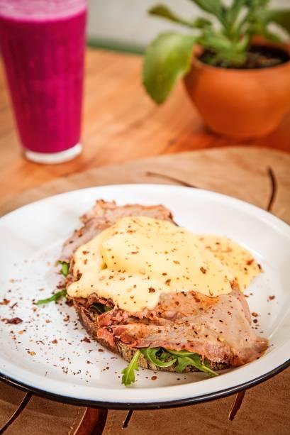 O toast rosbene combina rosbife, ovo poché e rúcula ao molho holandês