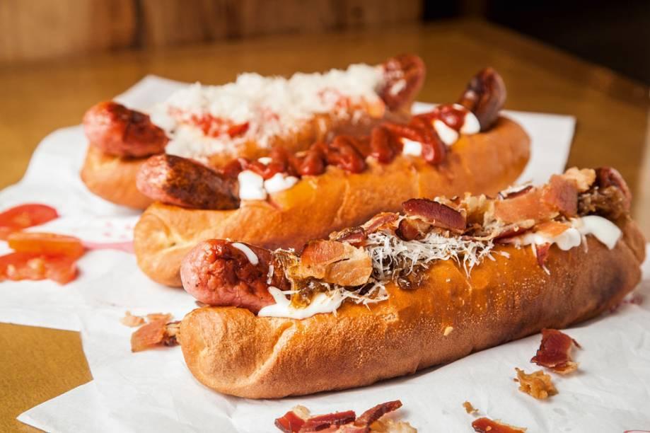 O cachorro-quente chamado bacon caramel leva toucinho defumado, maionese de leite, cebola caramelada e queijo parmesão