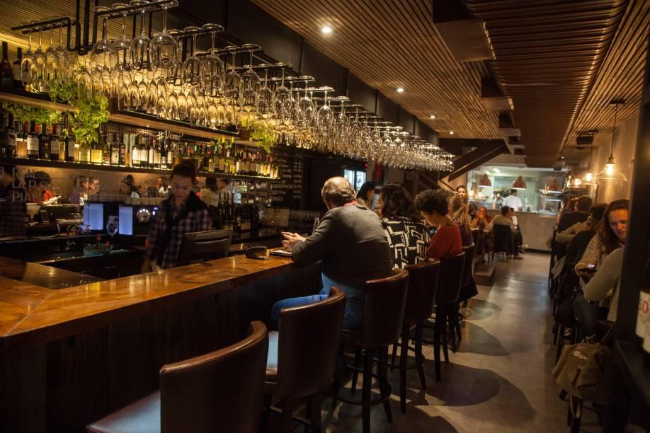 Atraente balcão do wine bar Vino!