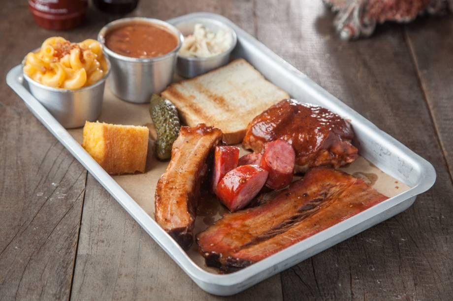 Combo barbecue: pedida tem brisket, linguiça, costela bovina e frango, com cinco acompanhamentos