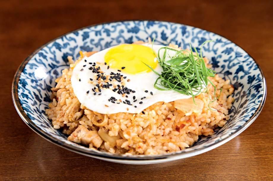 Arroz com kimchi coroado com ovo frito doKyokuto