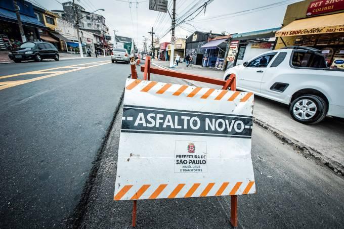 asfalto novo com buracos