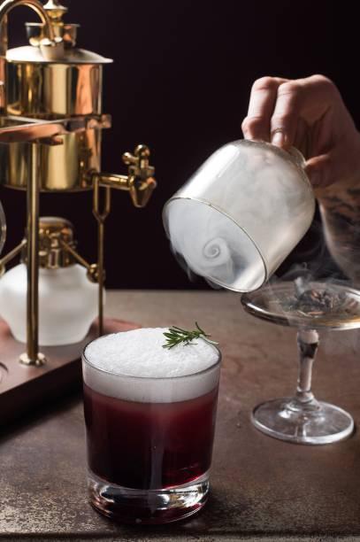 My garden 23: drinque de rum, xarope de açaí, bitter de baunilha, coco e alecrim faz parte da degustação do Benzina