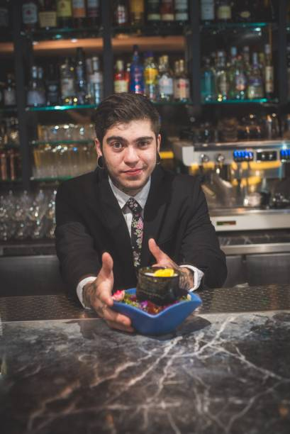 O bartender Miguel Paes e sua criação, o  conexão tóquio (tequila Don Julio Blanco, água de flor de laranjeira, Amazake, limão-siciliano e xarope de mel e yuzu)