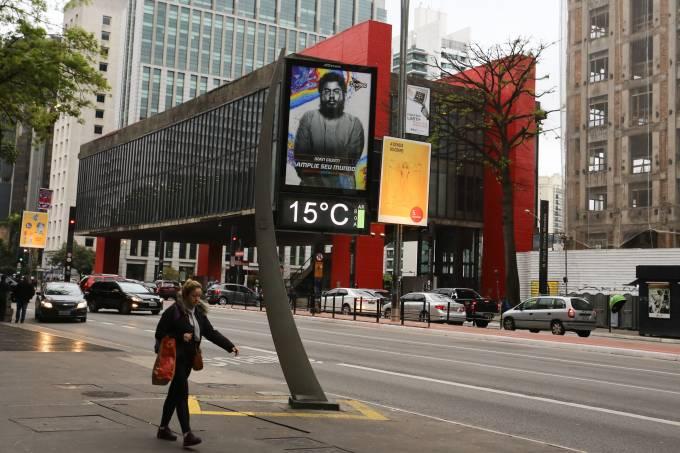 Pedestres enfrentam frio na Avenida Paulista, em SP