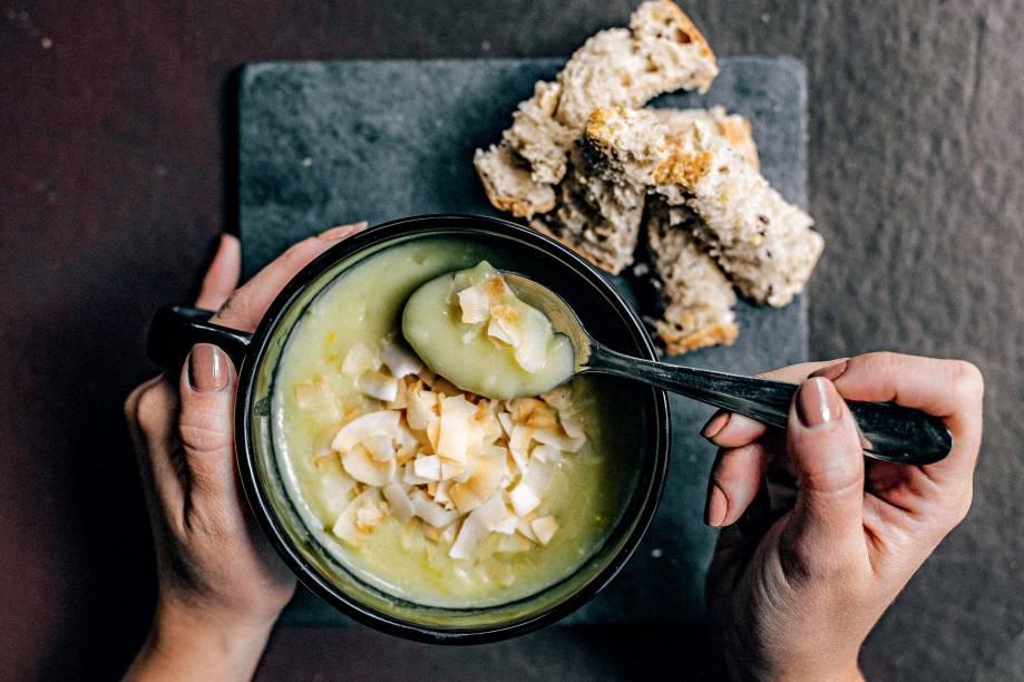 Sopa vichyssoise: com um toque de leite e lascas de coco