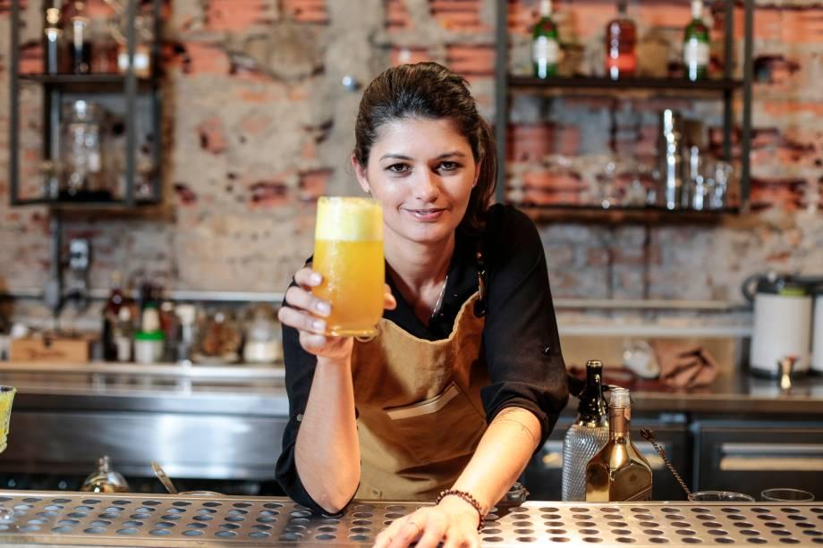Adriana Pino e seu drinque efeito borboleta (Johnnie Walker Gold Label, mel, licor de flor de sabugueiro, bitter de chocolate, sidra artesanal e pólen)