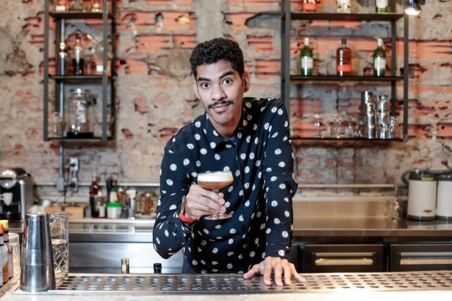 Romero Brito e seu drinque o hola bilbo (rum Zacapa 23, Tanqueray Nº 10, suco de limão-siciliano, spray de perfume de baunilha, espuma de marmelada de abacaxi, cardamomo, páprica doce e pimenta-rosa)