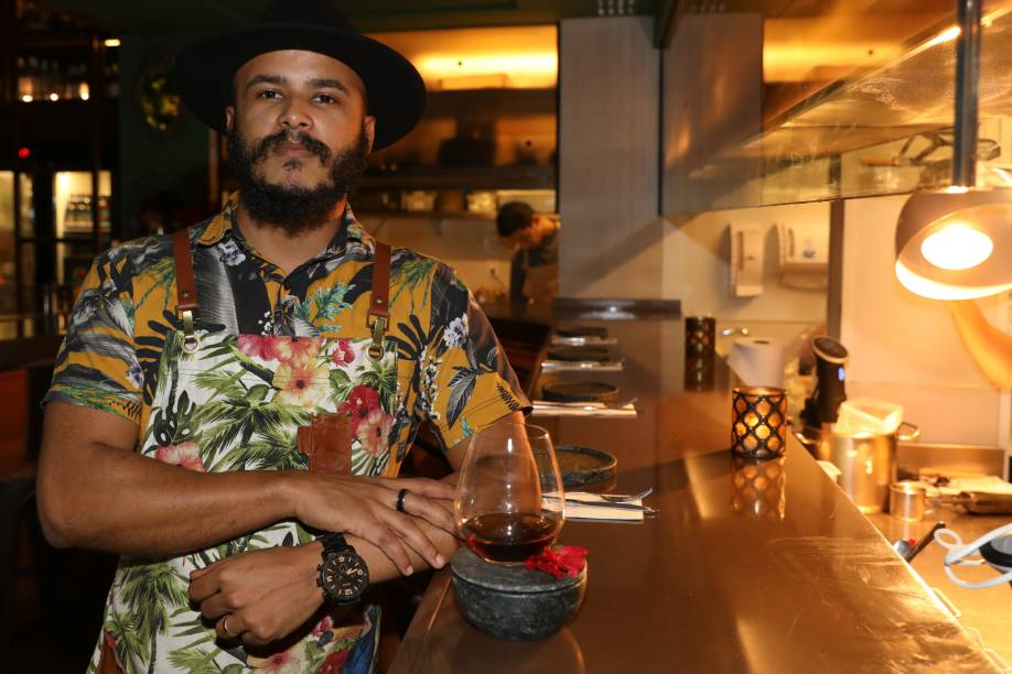 O bartender Anderson Santos criou oo iguais (rum Zaccapa 23, amaro, Orange bitters, bitter artesanal de especiarias e spray de laranja-baía)