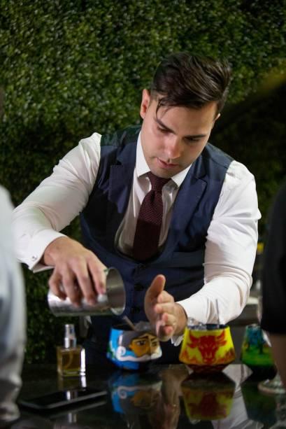 Gustavo Guedes preparou o o quixote (Talisker Dark Storm, shrub de abóbora com vinho jerez, horchata com cumaru, vermute dry, bitter de toranja e bitter aromático de cacau)