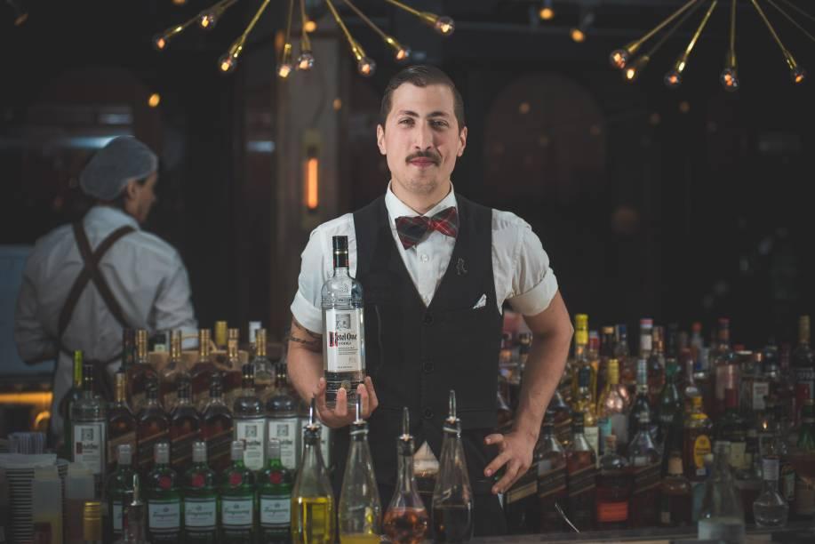 Heitor Marin fez o be inspired martini (Ketel One, amaro Averna, licor Strega, lillet rouge, tintura de sal, calda de jalapeño e zest de laranja)