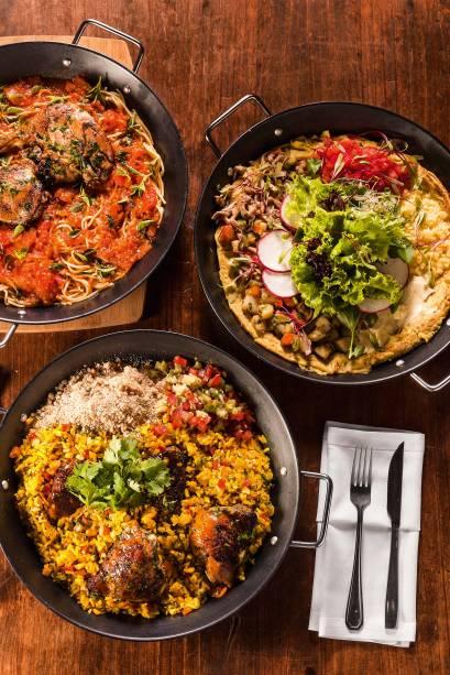 Comida para partilhar: pratos de galinhada, macarrão ou omelete servem até cinco pessoas