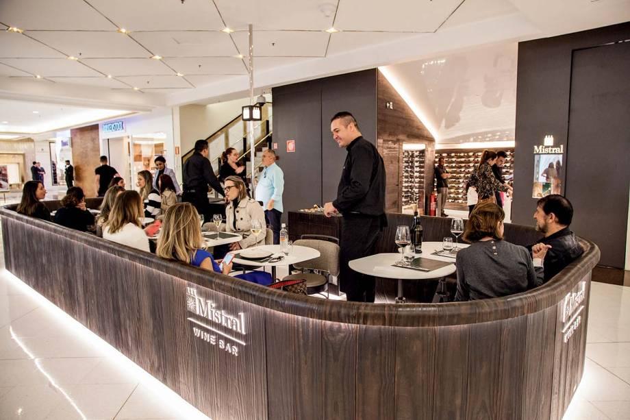 Mistral: wine bar e ambiente da loja aos fundos