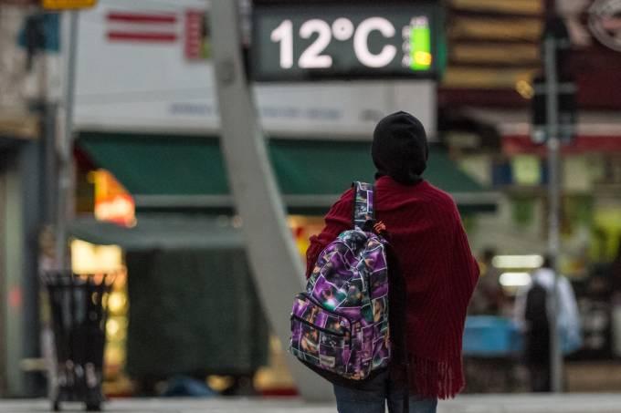 Pedestre Enfrenta Frio na Avenida Faria Lima em São Paulo
