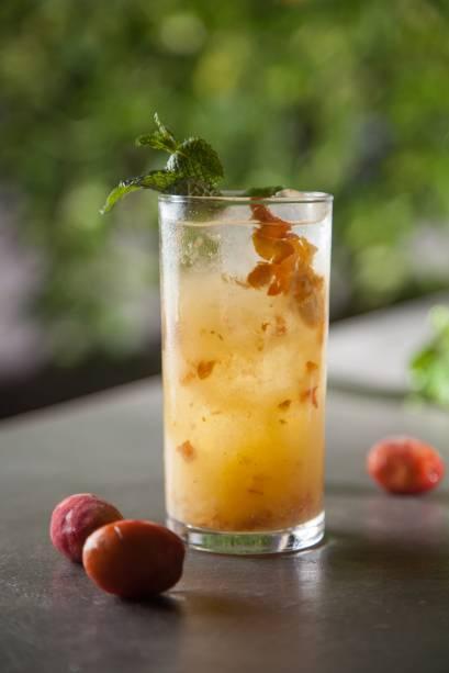 Drinque serigueijo: enfeitado com hortelã, leva cachaça, seriguela, água de coco e açúcar