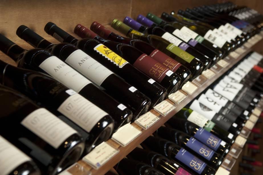 Garrafas de vinho: diversas marcas, arrumadas em prateleiras, na loja Grand Cru