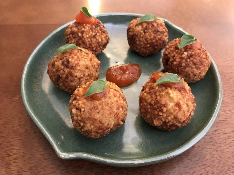 Bolinhos de tapioca: com recheio de carne-seca desfiada, são crocantes na casca e macios no interior