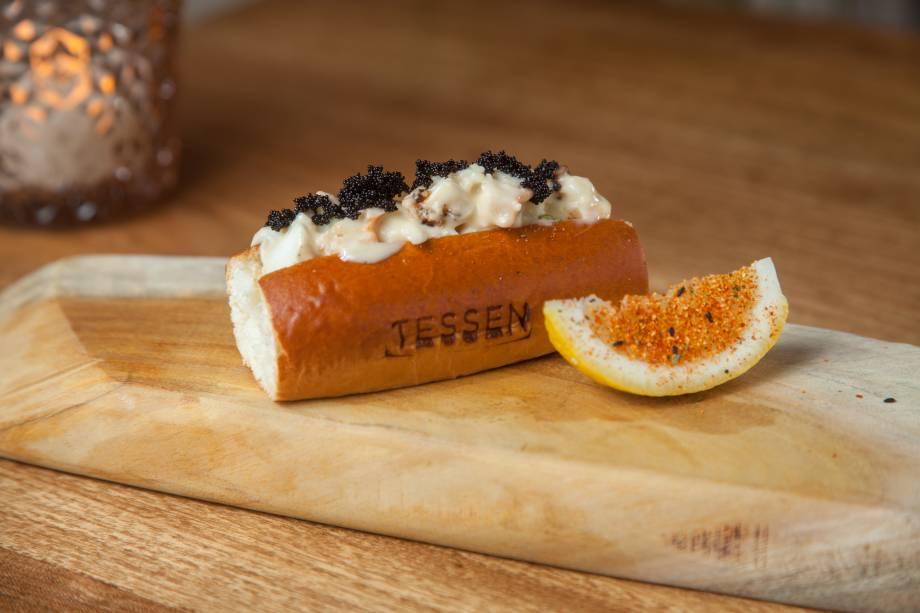 Petisco lobster roll: brioche com lagosta, maionese e ovas