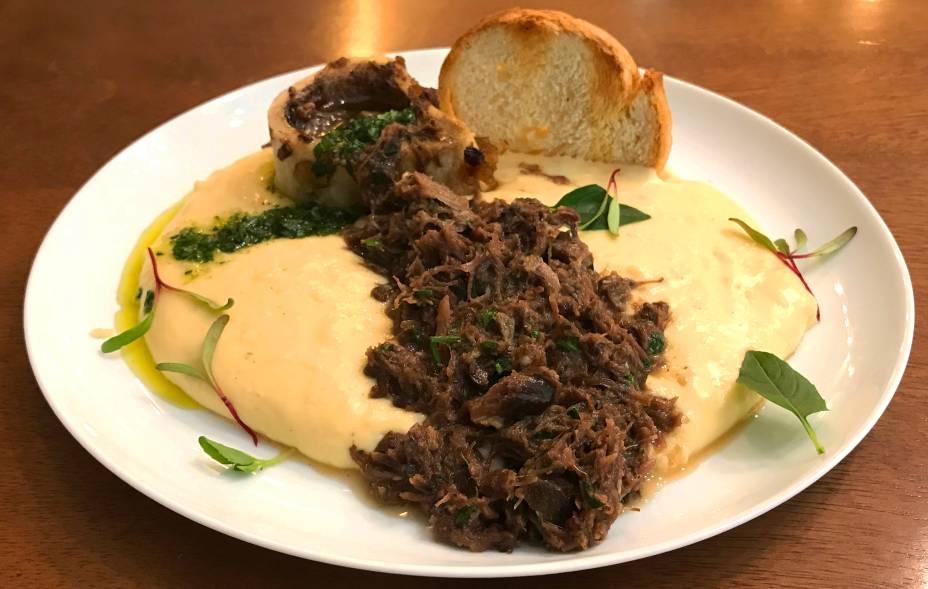Ossobuco: com a carne desfiada, vem acompanhado de creme de queijo, molho de salsinha e torrada