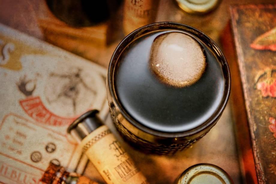 Poção Licantro: whisky, vermut e coca-cola