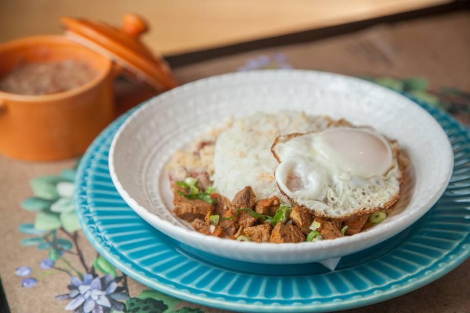 Um dos pratos do boteco: pernil em lascas, arroz, farofa, ovo frito e feijão, preparado pela chef Alessandra Ramos