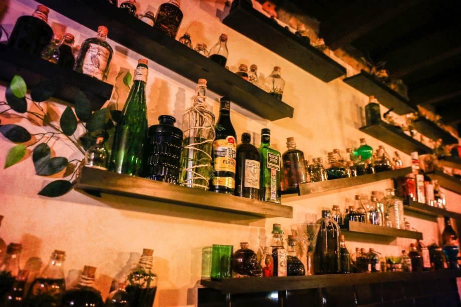 Estantes do bar no primeiro andar