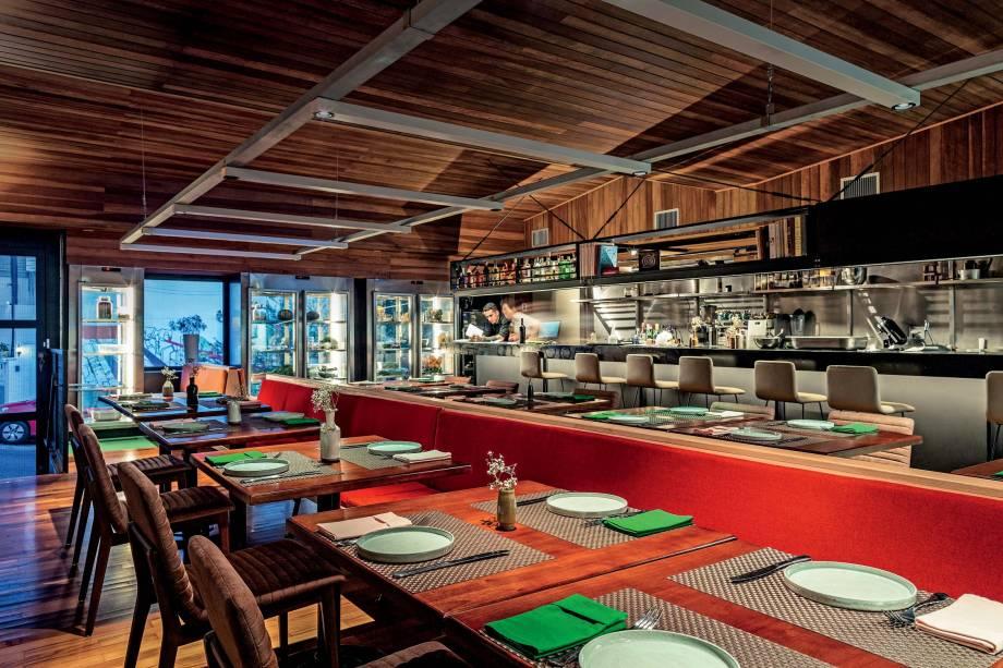 Cozinha aberta: chef trabalha na frente dos clientes