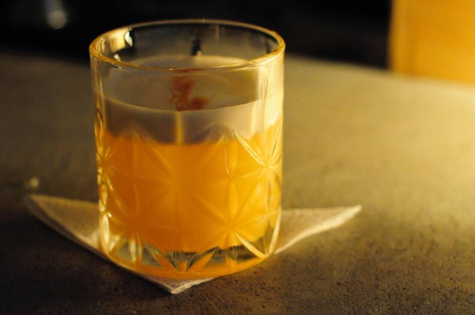 Bolero sour: composto por rum cubano branco, conhaque, sucos de limão e laranja e clara de ovo