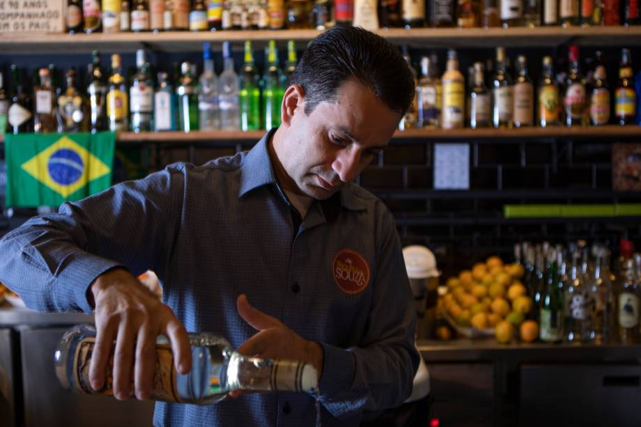 Dono e bartender: Souza é especialista em caipirinhas e prepara os drinques da casa