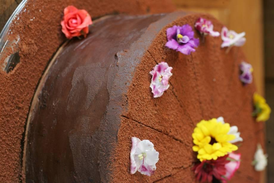 Bolo de chocolate: cacau 70% e camadas de recheio de ganache e caramelo