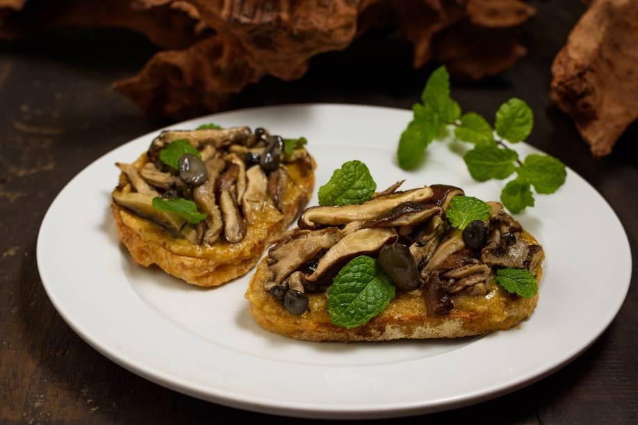 Tostada de pão do dia com cogumelos assados e pesto de nozes