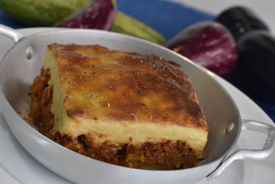 Mussaká: espécie de lasanha vegetal com lâminas de berinjela, abobrinha e batata, molho bechamel e carne moída