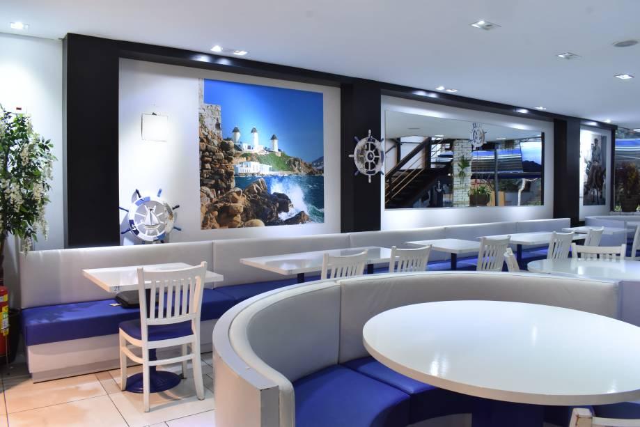 Ambiente: o salão, em frente ao empório gourmet Casa Santa Luzia, tem cores que lembram a Grécia