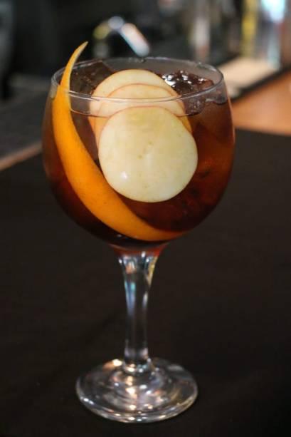 Bianco tônica: o drinque, além de gim, leva vermute branco, tônica, limão-siciliano, alecrim e fatias finas de maxixe