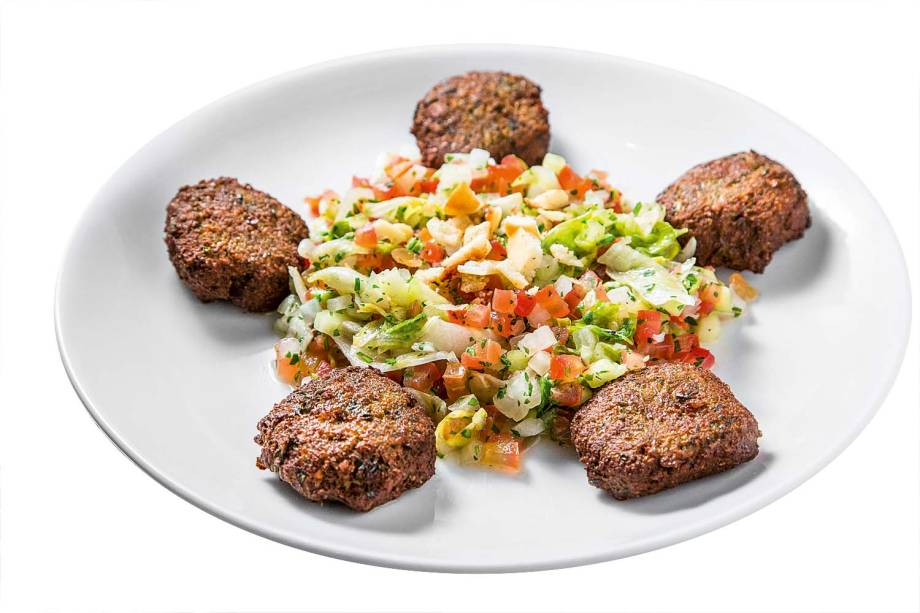 Faláfel no prato: acompanhado de saladinha