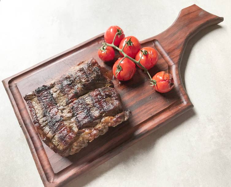 Bife do Fogo: extraído da capa do contrafilé, acompanha tomates na brasa