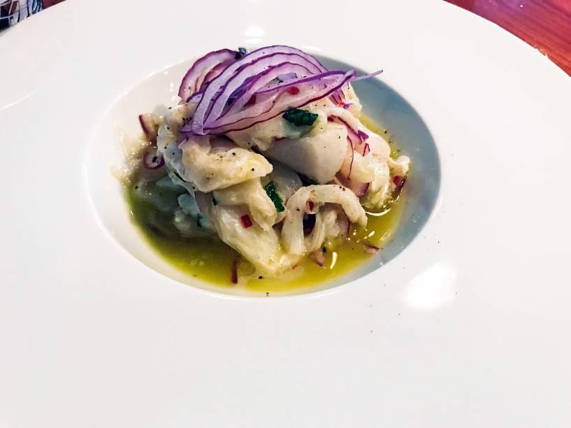 Ceviche de bacalhau: o pescado cru vai na emulsão de azeite e limão com um toque de pimenta dedo-de-moça e fios de cebola roxa