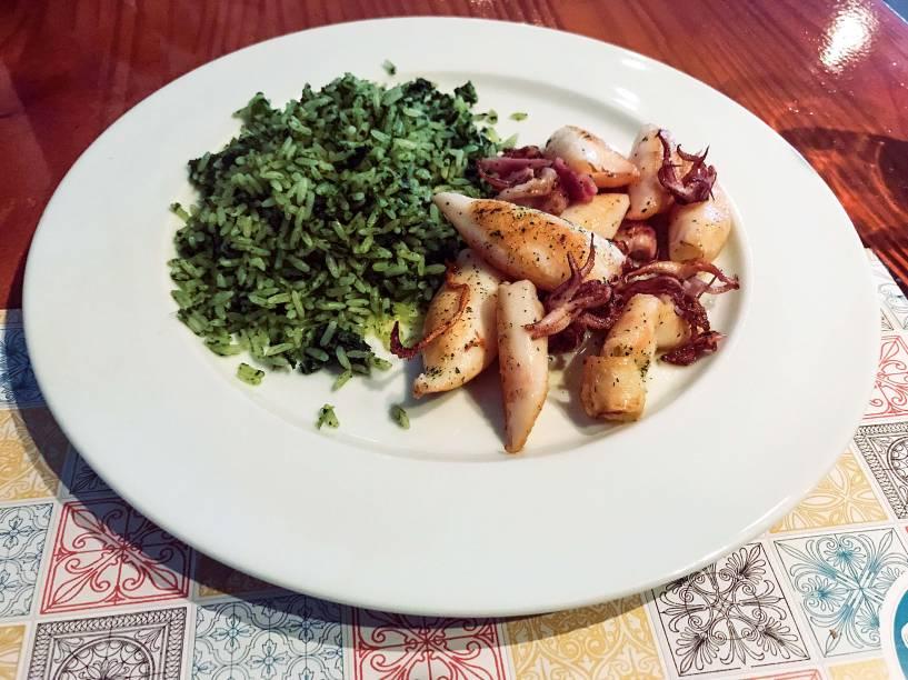 Outra boa pedida: lulas grelhadas com arroz colorido por brócolis