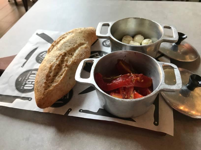 Couvert: pão integral feito na casa, queijo de cabra boursin e tomate confitado