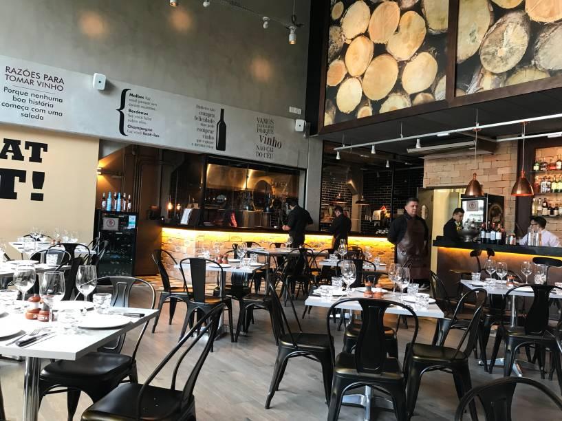 Salão: oitenta lugares com vista para a cozinha envidraçada