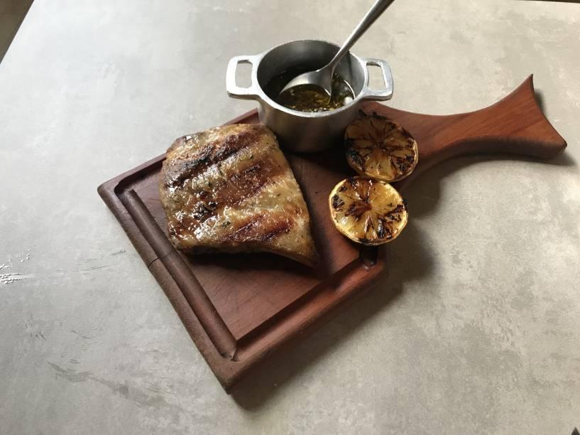 Costelinha de porco: tostada no fogo, vem crocante por fora e acompanha fatias de limão também feitas na brasa