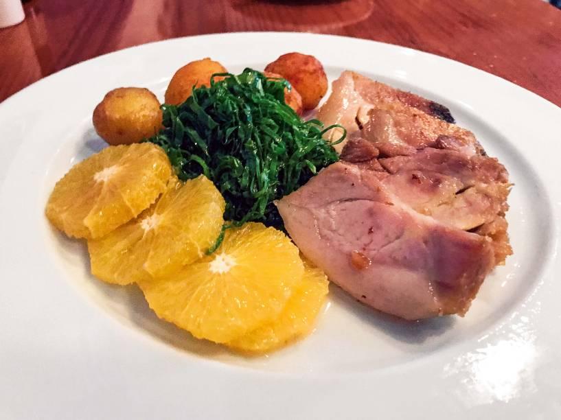 Rojão à transmontana: opção sem frutos do mar, leva carne de porco confitada, batata corada, couve em fios e laranja fresca