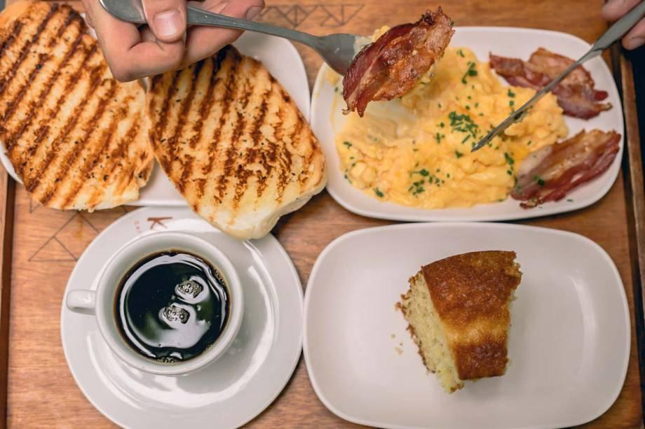 Café da manhã no Mano Sanduíches: combinados como o americano, com expresso, suco natural, baguete na chapa e ovos mexidos com bacon