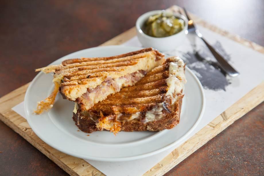 Prensado na chapa: queijo quente com taleggio, cebola-roxa e mostarda de Dijon