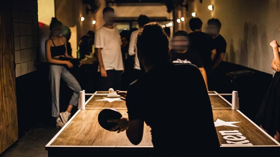 Jogos no bar: ambiente conta com uma mesa de tênis de uso gratuito