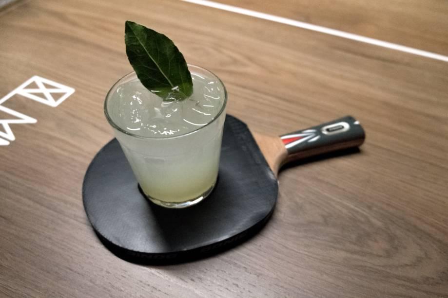Louro cítrico: cachaça, xarope de louro, solução salina e limão-taiti